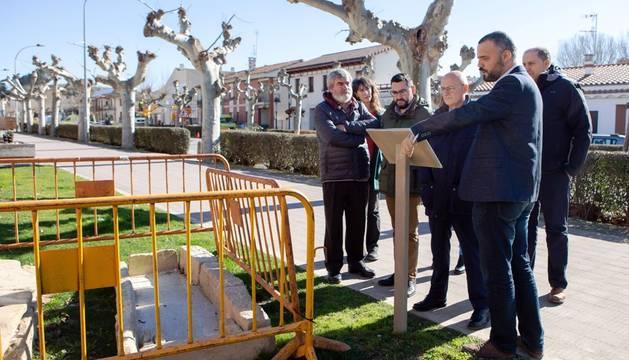 El alcalde de Puente La Reina, Oihan Mendo, muestra los enterramientos que se han hallado durante la renovación del Paseo Fray Vicente Bernedo.