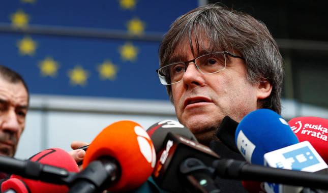 foto de Puigdemont habla a la prensa en la entrada del Parlamento Europeo