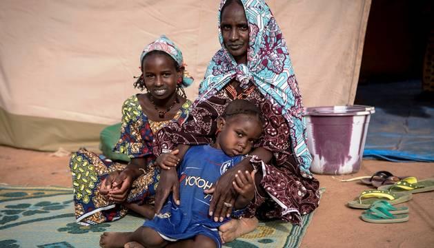 Una familia desplazada por la violencia en Malí.