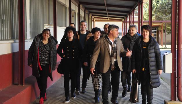 Foto del director, Pedro Flamarique, en el centro, guía a los parlamentarios durante la visita al instituto.