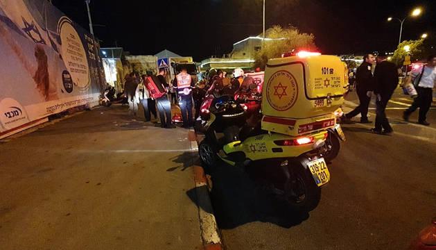 foto de Miembros del servicio de rescate Estrella de David Roja atienden a los heridos en el atropello
