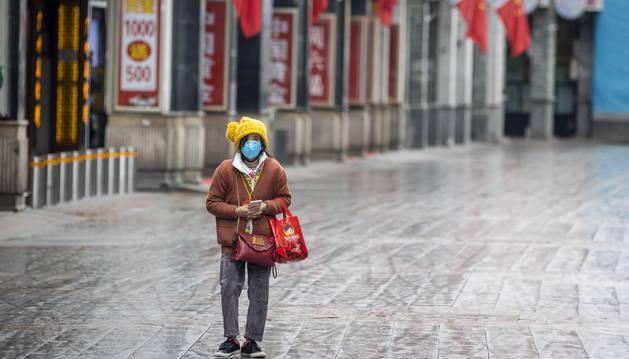 Una mujer se protege con una máscara, en Guangzhou.