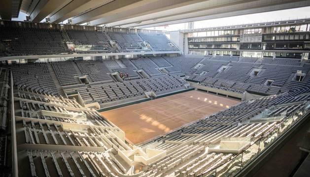 Foto de la pista principal de Roland Garros con su techo retráctil.