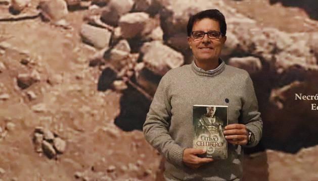 Foto de Agustín Tejada posa en el Museo de Castejón con su nuevo libro.