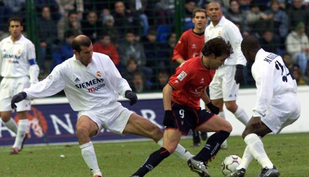 Foto de Iván Rosado regateando a Zidane y Makelele ante la mirada de Ronaldo, Josetxo y Raúl en un encuentro que Osasuna ganó 1-0 en 2003.