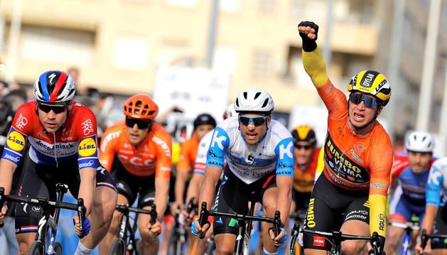 El ciclista holandés del equipo Jumbo-Visma, Dylan Groenewegen, celebra la victoria al llegar a meta.