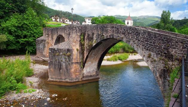 Vista del puente viejo (s. XVI) desde el ayuntamiento.