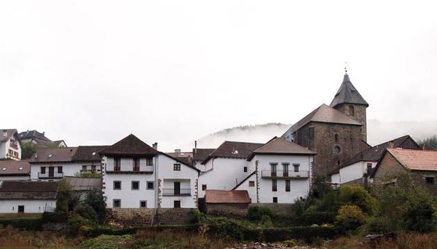 Foto del casco urbano de Ochagavía en pleno otoño.