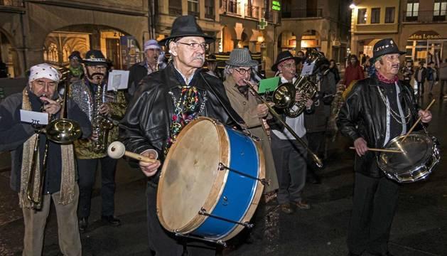 Los zíngaros protagonizaron la llegada de los Carnavales a Estella con el tradicional desfile acompañado de cacerolada.