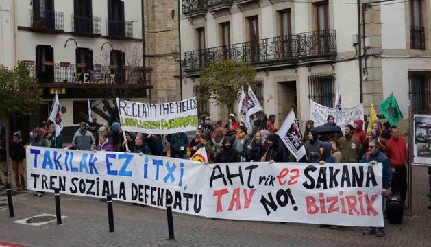 Los manifestantes durante la concentración organizada frente al edificio consistorial.