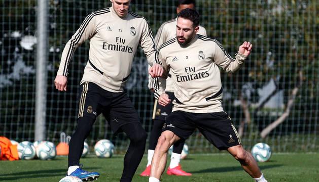 Gareth Bale protege el balón ante Carvajal, ayer en el entrenamiento celebrado en Valdebebas.
