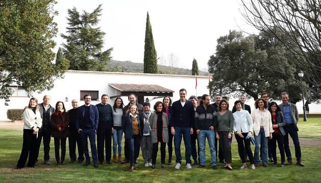 Fotografía del Twitter de Moncloa del Gobierno de Pedro Sánchez al completo en la finca toledana de Quintos de Mora, en Los Yébenes.