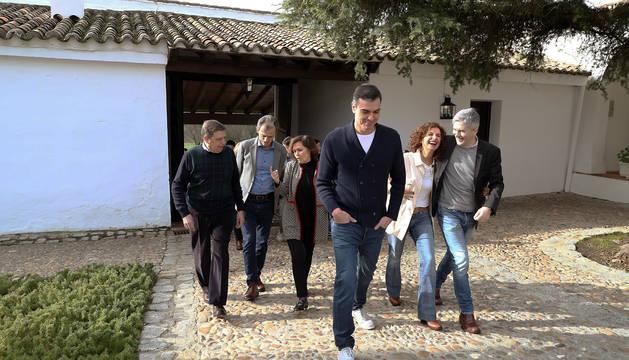 El presidente del Gobierno, Pedro Sánchez, acompañado de varios ministros, este sábado en la finca toledana de Quintos de Mora, en Los Yébenes.