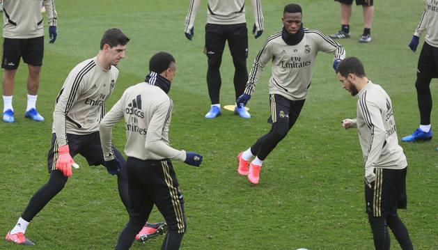 Foto de Vinicius, Courtois, Hazard y Militao, durante el entrenamiento de este sábado.