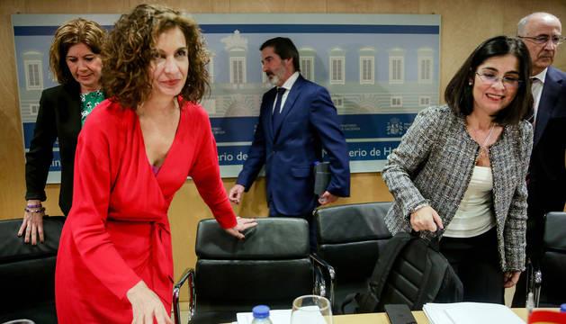 La ministra de Hacienda, María Jesús Montero (2i), y la ministra de Política Territorial y Función Pública, Carolina Darias (4i), a su llegada para presidir el Consejo de Política Fiscal y Financiera.