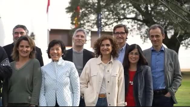 Vídeo   Sánchez posa en vaqueros y zapatillas con sus ministros