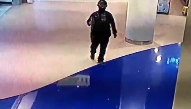 El atacante, en el interior del centro comercial.