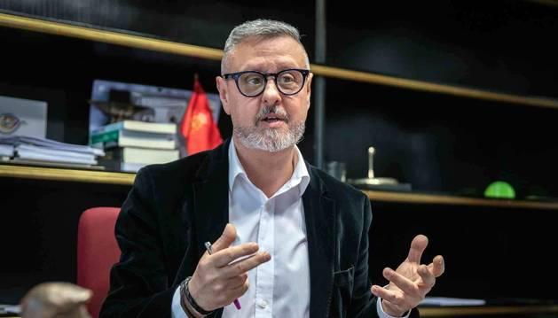 Martín Zabalza, en un momento de la entrevista en su despacho de la dirección general de Paz, Convivencia y Derechos Humanos.