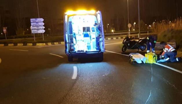 El motorista, atendido en la ronda a la altura de Ansoáin.