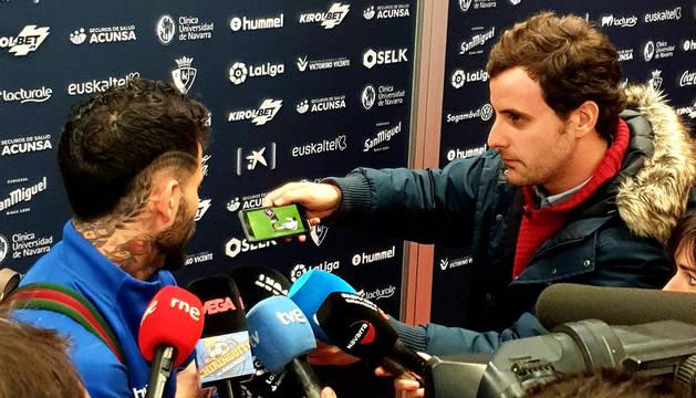 Rubén García atiende a los medios tras el choque contra el Real Madrid en El Sadar.