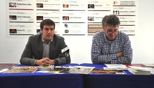 Xabi Alcuaz, izda., y Atxu Ayerra presentaron la programación.