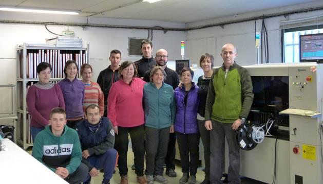 La plantilla de Almisala posa en las instalaciones de la empresa en el polígono de Iciz. Patxi Sanz Goiena, primero por la derecha.