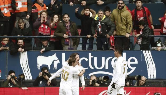 Sergio Ramos celebra su gol en El Sadar junto a Modric y Varane.