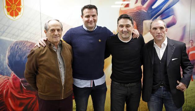 Jesús Corera y los directores deportivos César Palacios (Numancia), Braulio Vázquez (Osasuna) y Fran Garagarza (Eibar), antes de comenzar el coloquio en la sede de la Federación Navarra de Fútbol.
