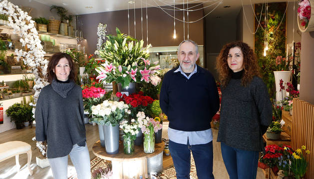 Foto de Ana, Iñaki y Maia Morrás, en la floristería Torrens situada en la calle Irunlarrea.