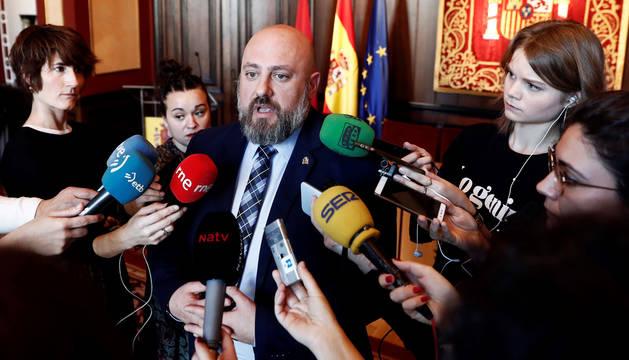 foto de  El delegado del Gobierno, José Luis Arasti, haciendo declaraciones a la prensa