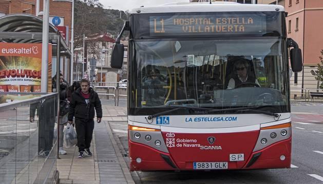 Un servicio de Tierra Estella Bus, este martes en la parada próxima a la estación de autobuses de Estella.
