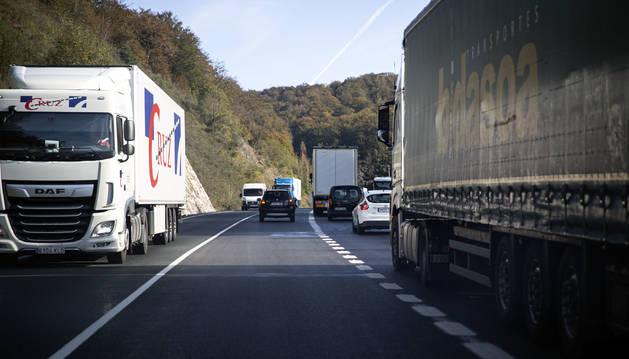 Turismos y camiones circulan por la Nacional 121-A, cerca de los túneles de Belate.