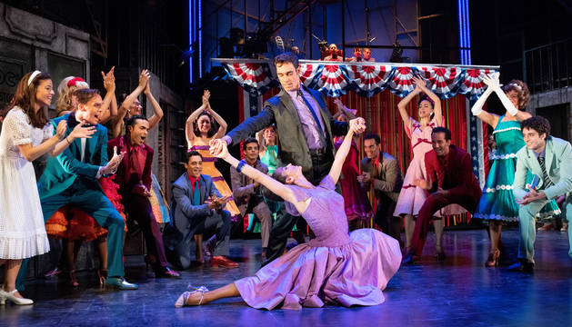 El elenco del musical 'West Side Story' durante la escena de 'El baile del gimnasio', en la que la pareja protagonista se conoce.