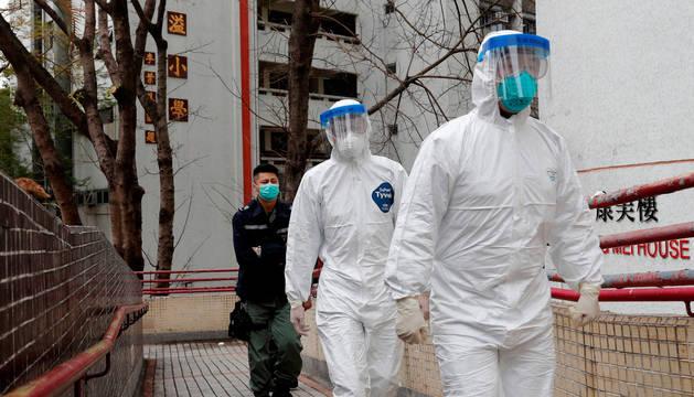 foto de Trabajadores de emergencias en la evacuación de un edificio por dos casos de coronavirus