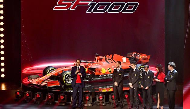 Un momento de la ceremonia de puesta de largo del Ferrari SF1000.