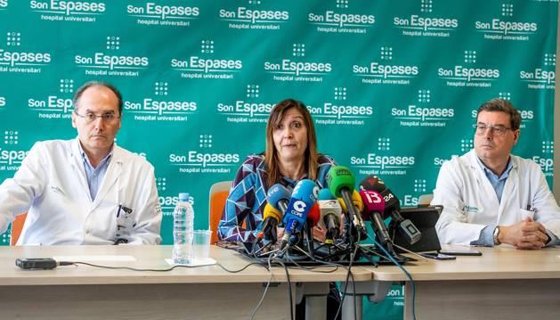 El jefe de Medicina Interna del hospital Son Espases, Javier Murillas; la directora general de Salud Pública y Participación, Maria Antònia Font; y el jefe de Microbiologia del hospital Son Espases, Jordi Reina, en Palma de Mallorca.