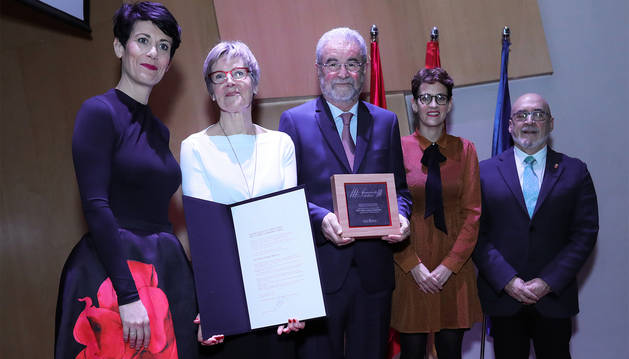 Elma Saiz, Lia Versteeg (esposa del homenajeado), José María Zabala, la Presidenta Chivite y Juan Cruz Cigudosa.