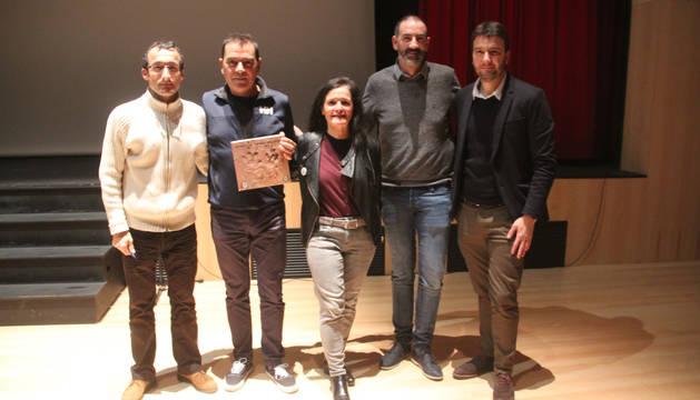 Foto de Toño Peña (Biciclistas), Andrés Armendáriz (director del documental), Cristina Gallo (Biciclistas), el alcalde, Gorka García, y David Pérez de Ciriza, de la Fundación Diario de Navarra.