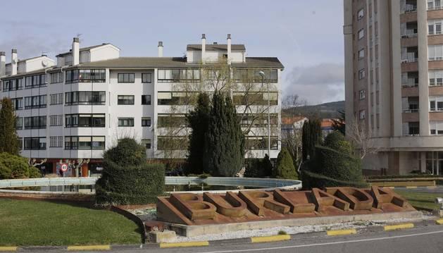Imagen de la rotonda de entrada a Burlada por Beloso, con la fuente en el centro.