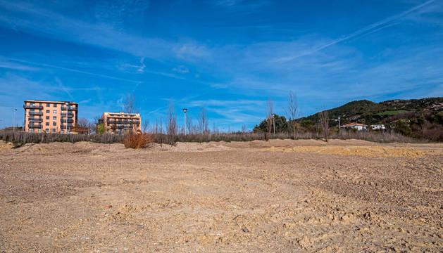 Foto de los terrenos del paraje de Ibarra, con los únicos bloques construidos en la imagen de un entorno cuya expansión se detuvo con la crisis.