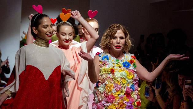 Ágatha Ruiz de la Prada, con sus modelos.