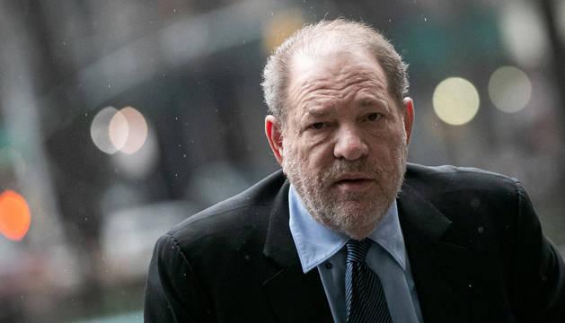 foto de El productor de cine Harvey Weinstein a su llegada al juicio por abusos sexuales