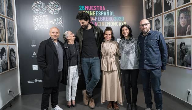 De izquierda a derecha: Luis Alegre; Benedicta Sánchez; Óliver Laxe; Emma Karina Sánchez, hija de Benedicta; Merche Añón, edil de Cultura; y Julio Mazariko, presidente del Cineclub Muskaria.