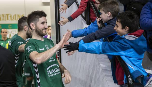 El capitán Roberto Martil, que saluda a los jóvenes aficionados, vivirá este viernes su primer partido tras anunciarse que continuará en el Xota tres temporadas más.