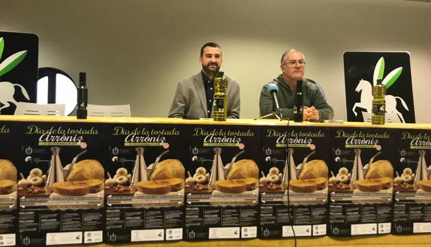Ángel Moleón, alcalde de Arróniz, y Pedro Luis González, presidente del trujal Mendía, este jueves en la presentación.