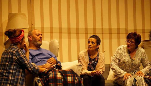 Foto de los actores Rakel Cuartero, Fernando Eugui, Marijose Rández y Raquel García, en una escena de la obra Aita.