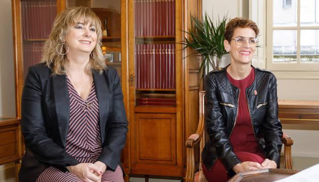 Foto de la consejera Ana Ollo, responsable de la política lingüística, junto a la presidenta María Chivite.