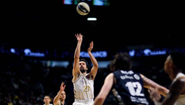 El base del Real Madrid Sergio Llull lanza a canasta durante el partido de cuartos de final de la Copa del Rey de baloncesto.