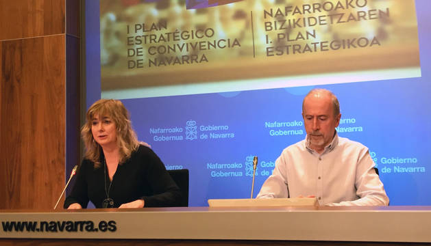 La consejera Ollo y José Mª González, durante la presentación del Plan Estratégico de Convivencia, Memoria y Derechos Humanos de Navarra.