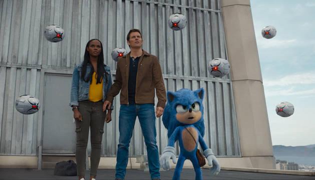 Tika Sumpter, James Marsden y Sonic, en una imagen de la película.